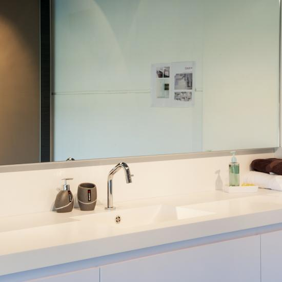 Hellebuyck-strakke witte badkamer- himacs wit